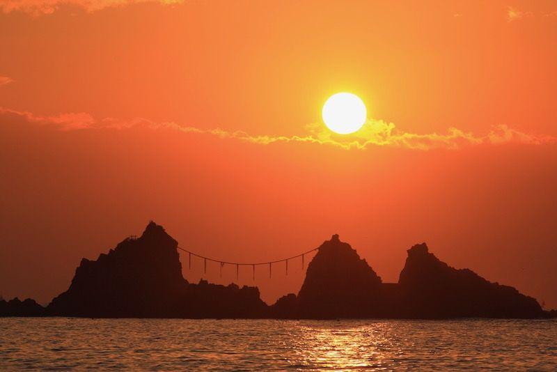 真鶴岬・三ツ石にしめ縄の間に初日の出が上る