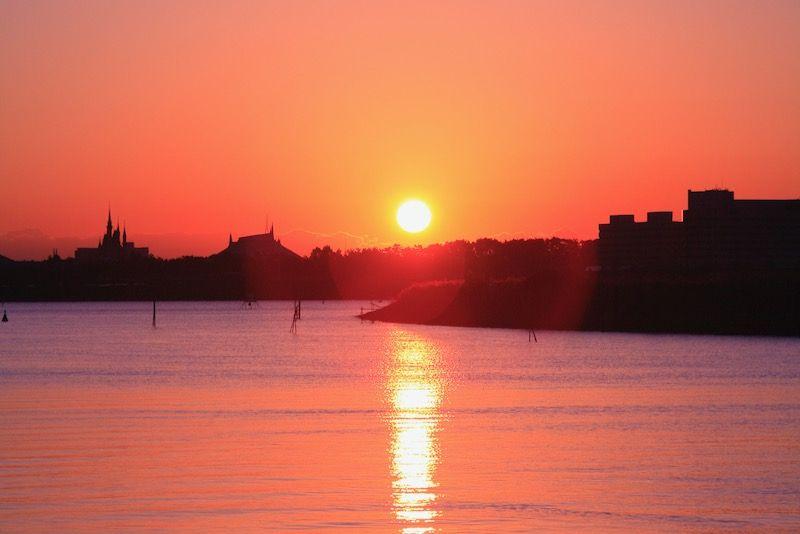 葛西臨海公園から望む東京ディズニーランド方面・シンデレラ城上空に上る初日の出