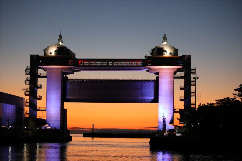 ライトアップされた沼津港大型展望水門「びゅうお」