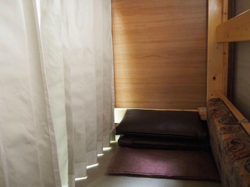 東京VIPラウンジの畳小上がり席の奥