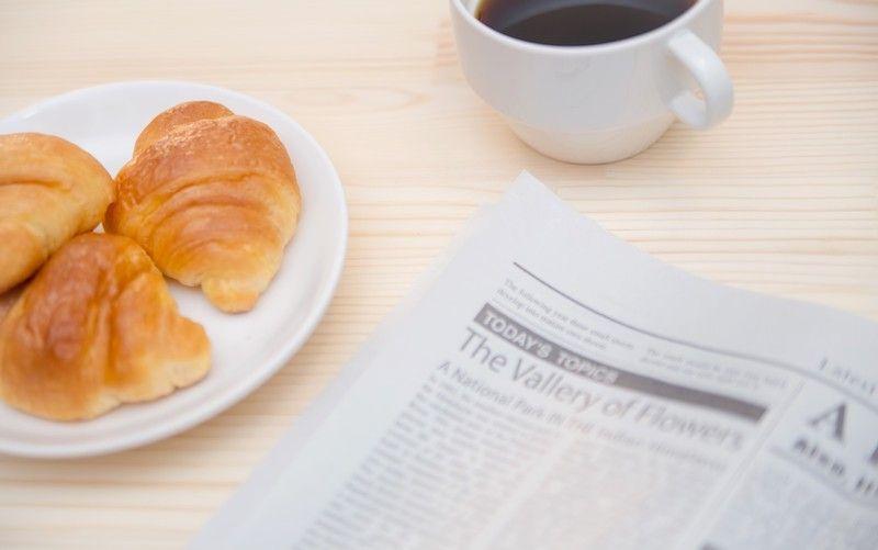 クロワッサンとコーヒーの朝食