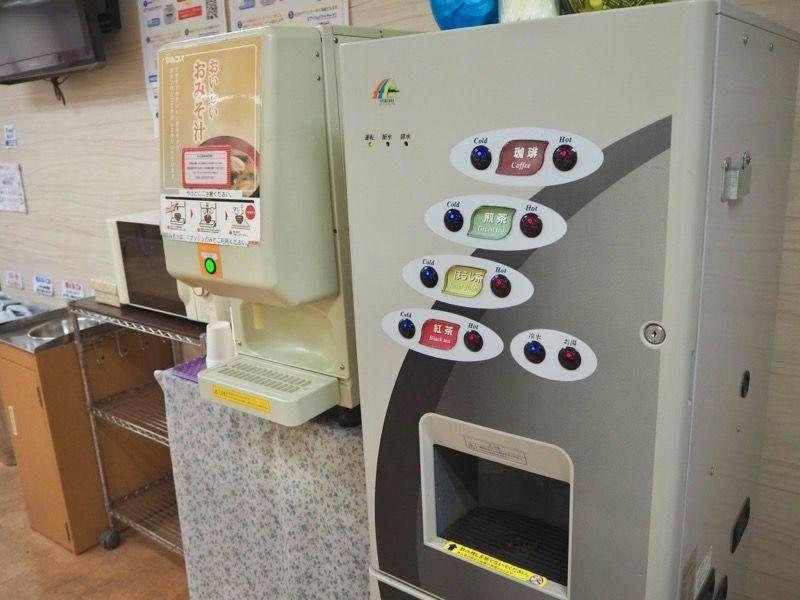 東京VIPラウンジの無料お味噌汁・コーヒー・お茶マシーン