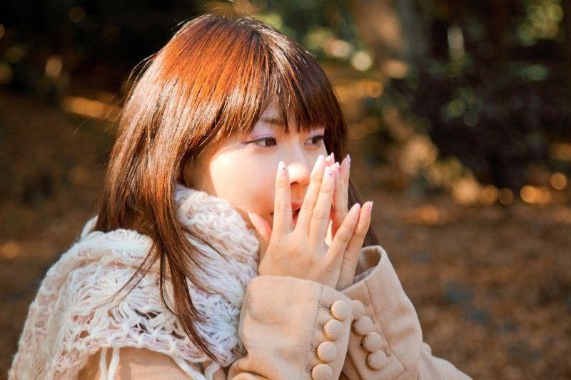 手を温める女性