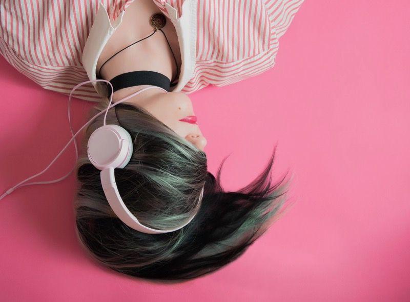 ヘッドフォンを付けて眠る女性